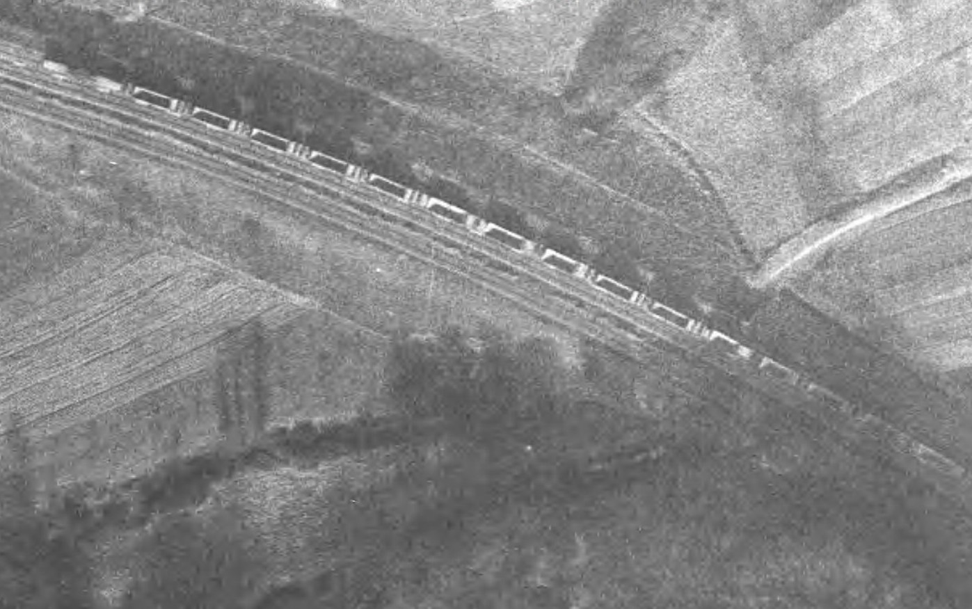 Train de trémies vides - entre Hargarten et Téterchen en 1961 - Géoportail.jpg